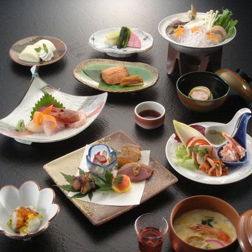 彩の夕べ〜季節のお料理と湯をお楽しみください〜  ご夕食は個室会食場